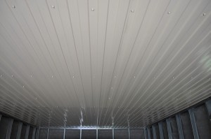 ПВХ панели при отделке потолка гаража