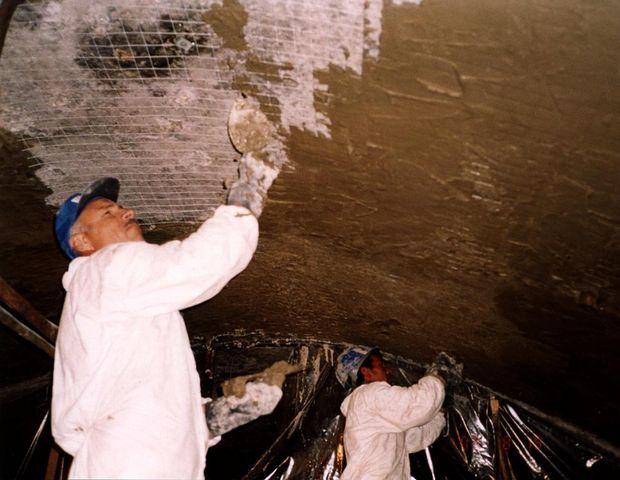 Нанесение слоя гидроизоляции на стены