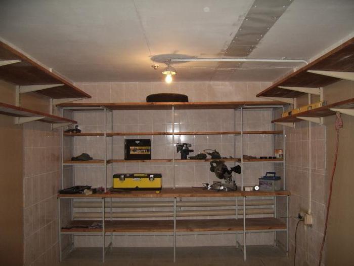 Расположение стеллажа в торцевой части гаража