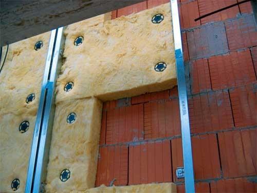 Делаем крепление утеплителя при помощи строительных парашютов