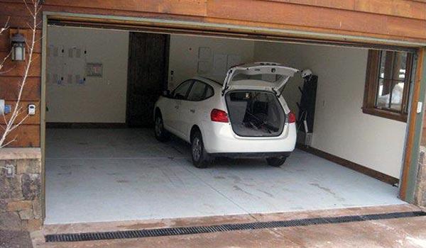 Укладка бетонной стяжки в гараже