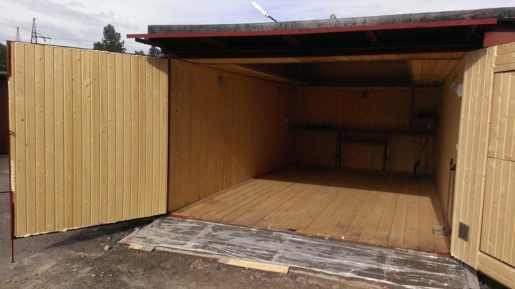 Деревянный пол в помещении гаража