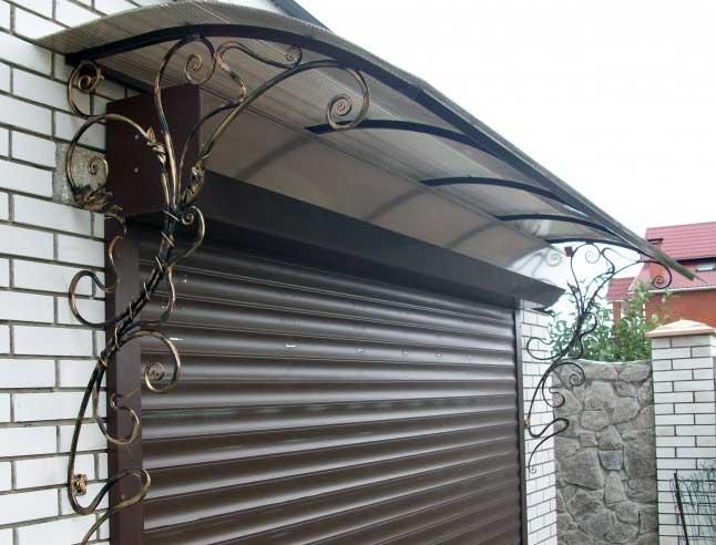 Красивый навес над входом в гараж из поликарбоната