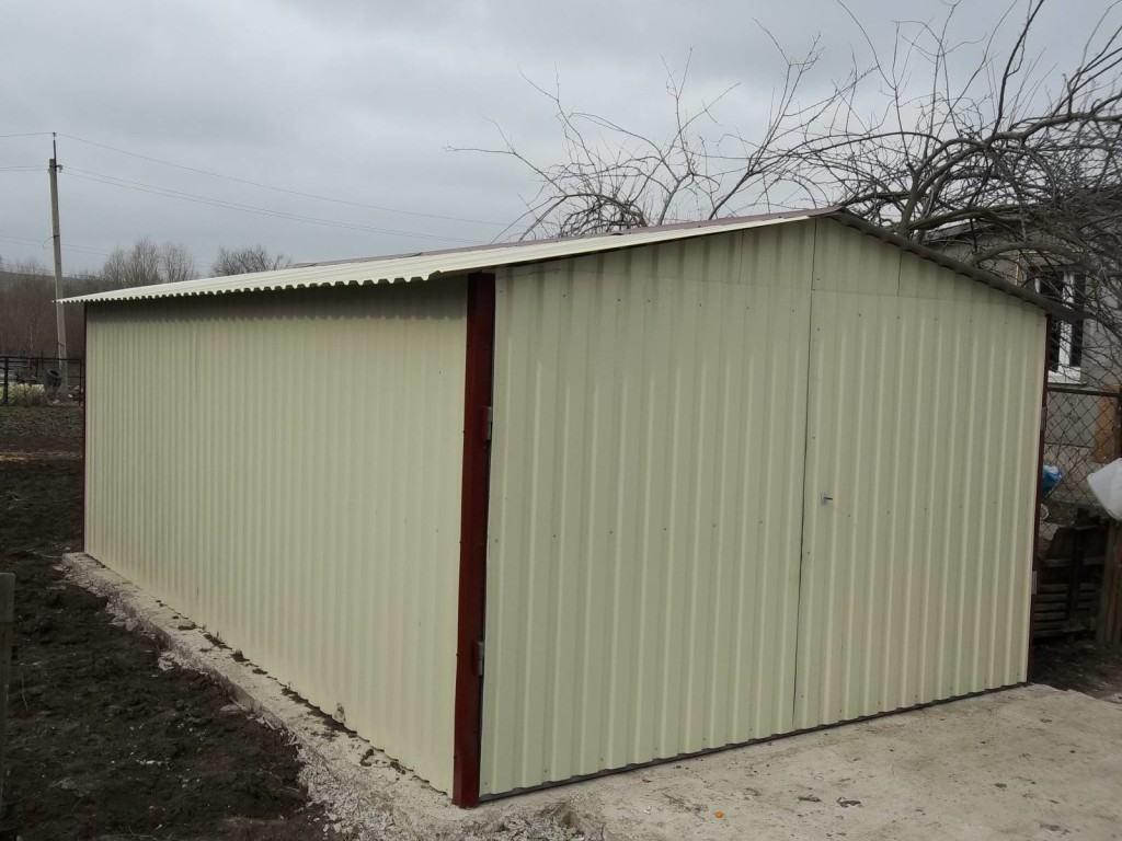 Металлический гараж с обшивкой из профнастила