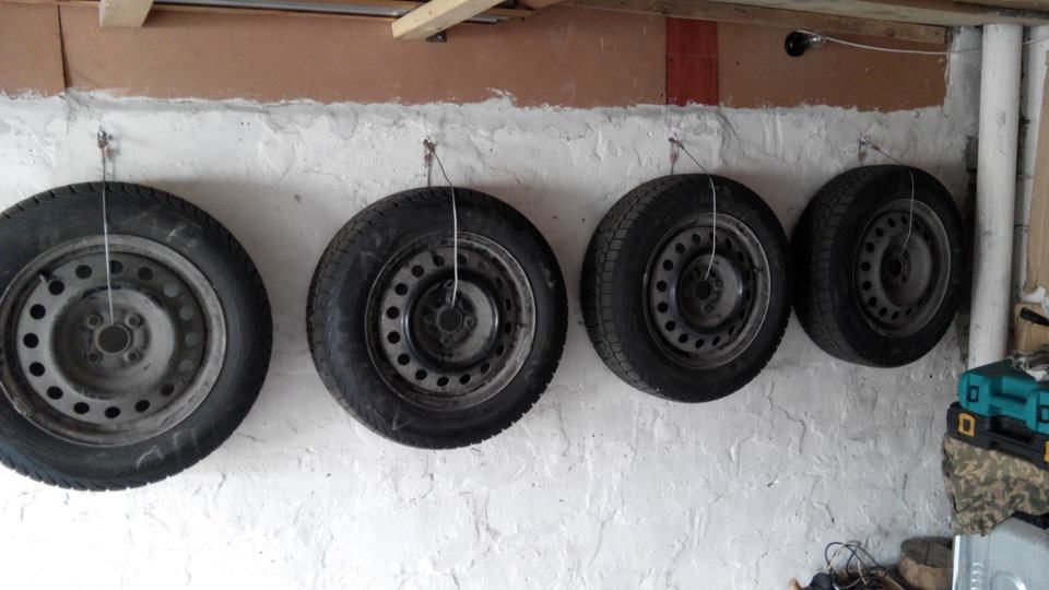 Подвесной вариант хранения колёс на стене