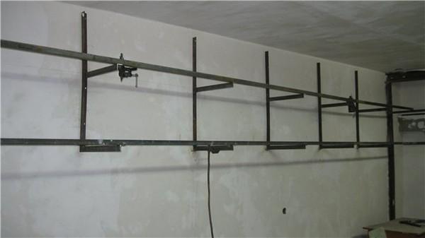 Полки на уголках забитых в стену