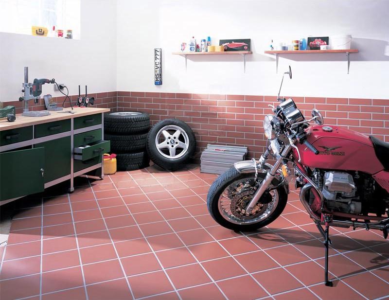 Пример укладки керамической плитки в гараже