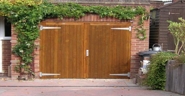 Распашные гаражные ворота из дерева