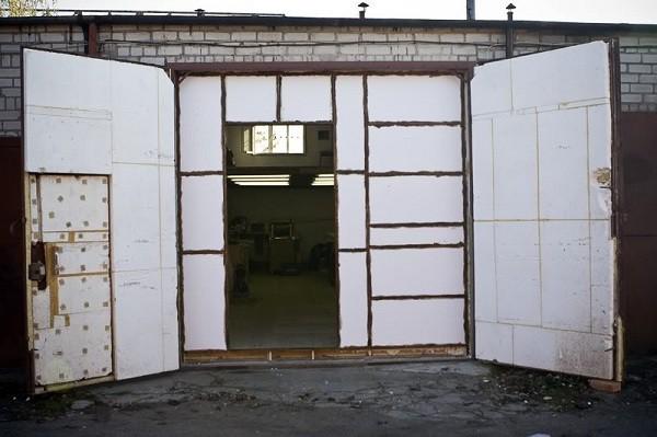 Утепленные распашные гаражные ворота