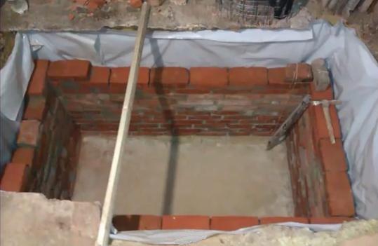 Выкапываем и обкладываем яму