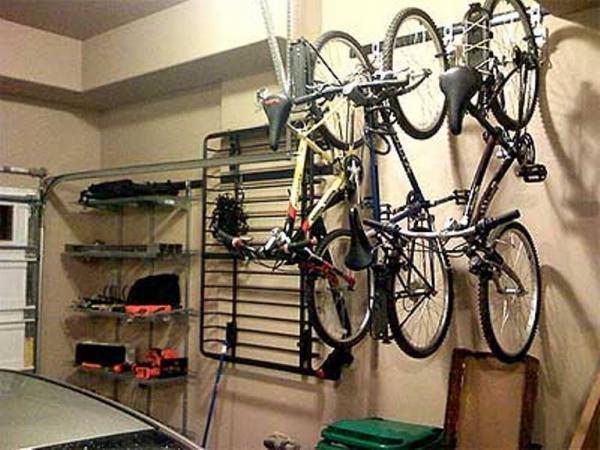 Пример хранения велосипедов на специальных подвесах в гараже
