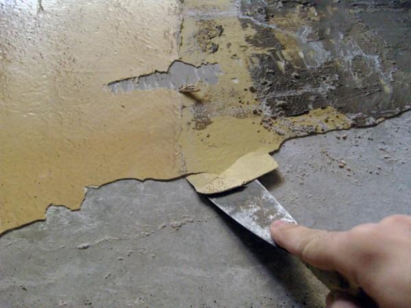 Снимаем пораженную грибком поверхность шпателем