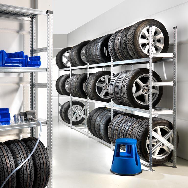 Стеллажи для хранения сезонных колёс в пустом гараже