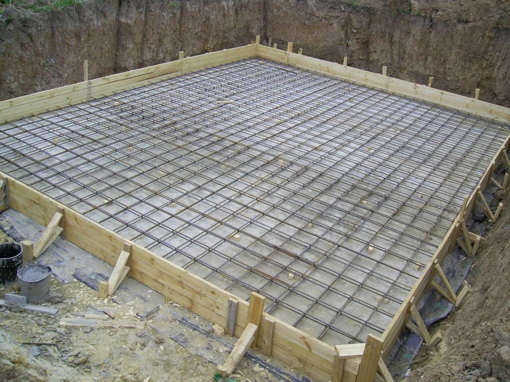 Укладка арматуры перед заливкой бетона