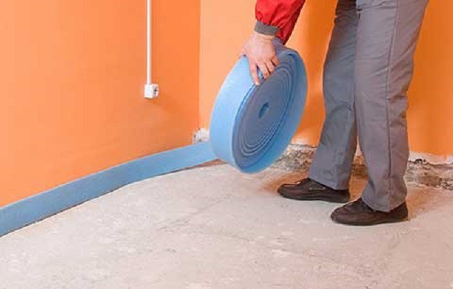 Укладка компенсирующей ленты по периметру помещения