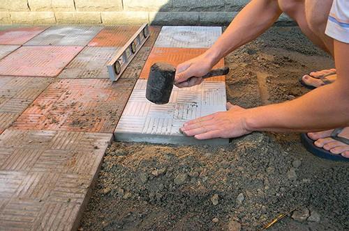 Укладка тротуарной плитки на цементно-песчаное основание