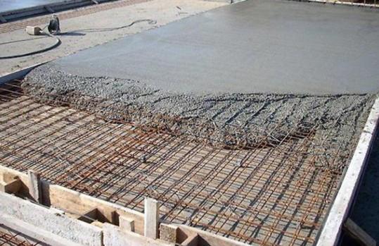 Заливка бетона для монолитного фундамента