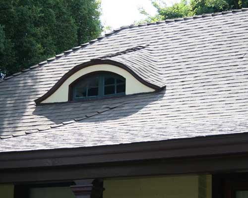 Люкарна на крыше в загородном доме