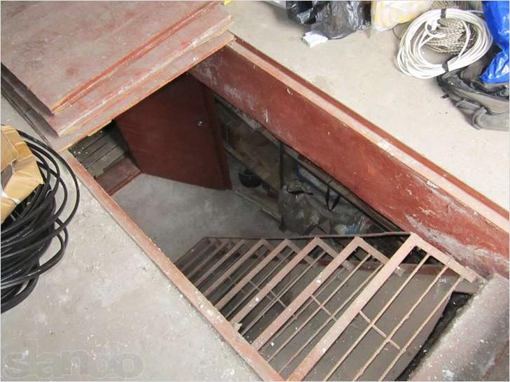 Одномаршевая лестница в гараже