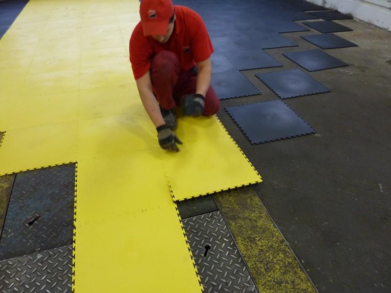 Пример укладки цветной резиновой плитки в гараже