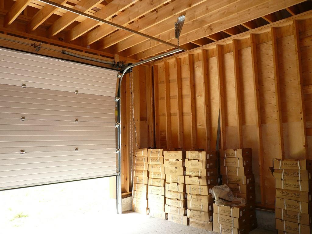 Пример установки ролетных ворот на деревянном гараже