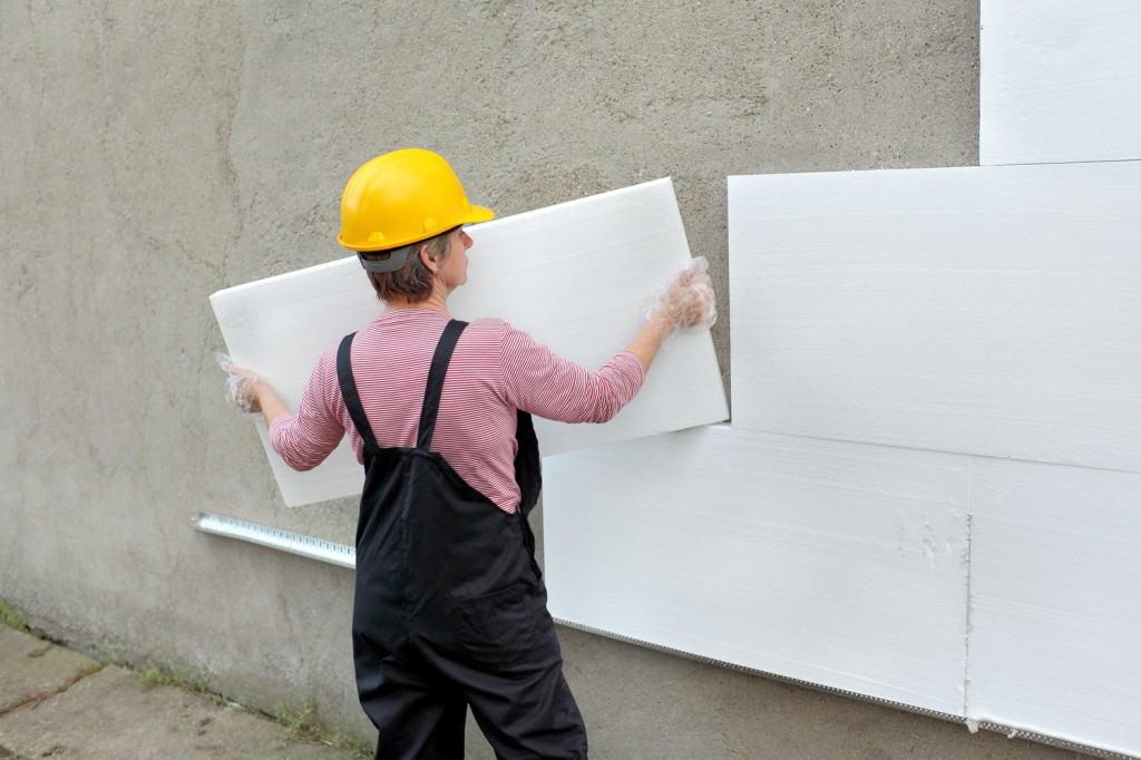 Укладка пенопласта на стену