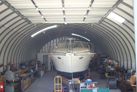 Бескаркасный арочный гараж для лодки.