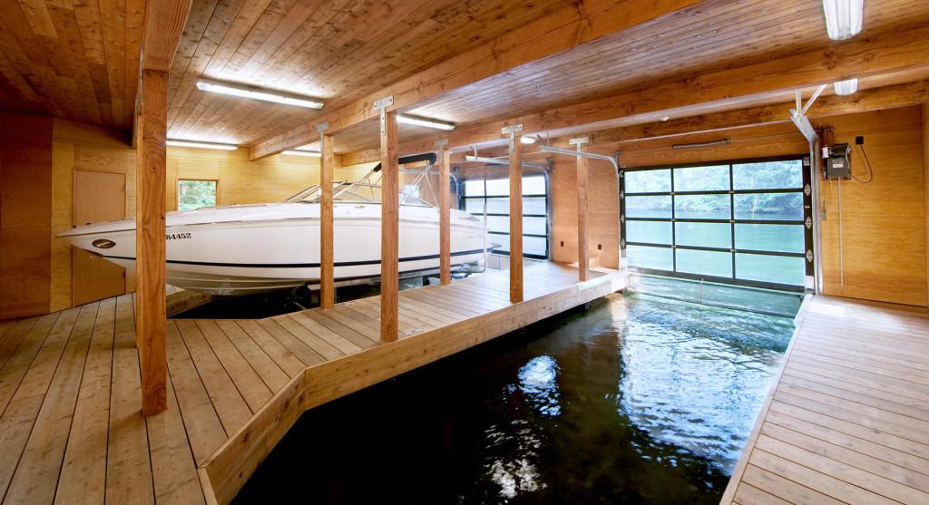 Гараж для лодки на воде