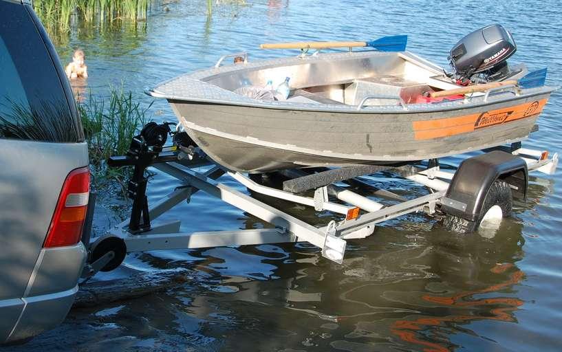 Спуск лодки на воду с трейлера