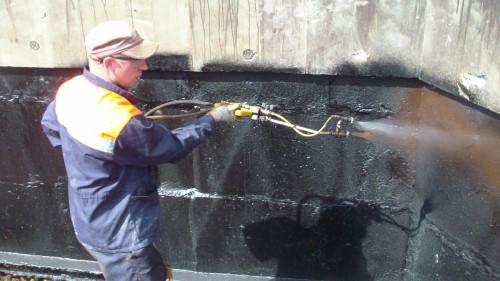 Нанесение на стены гаража жидкой резины