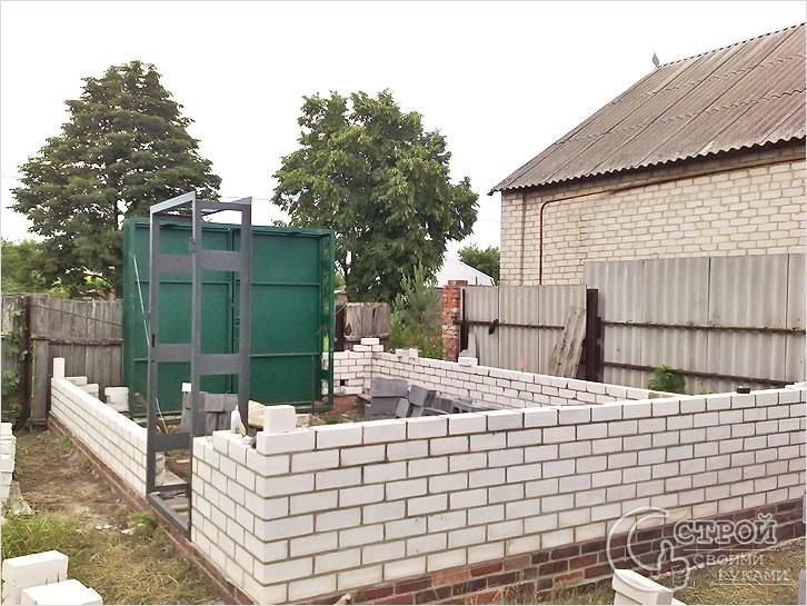 Подготовка цоколя, монтаж ворот, возведение стен