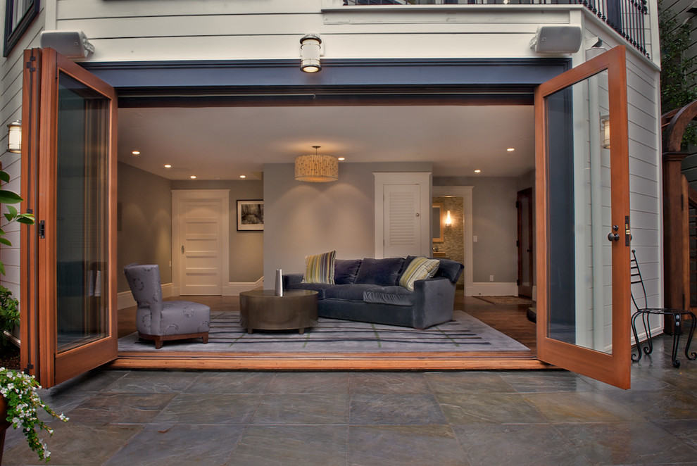 Прозрачные двери в жилом помещении гаража