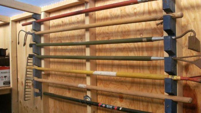 Размещение садового инструмента в гараже