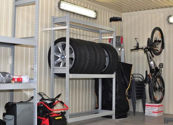 Металлический стеллаж в гараже.