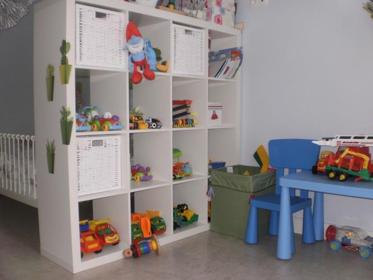 Стеллаж для детской комнаты, разделяющий спальную и игровую зоны.