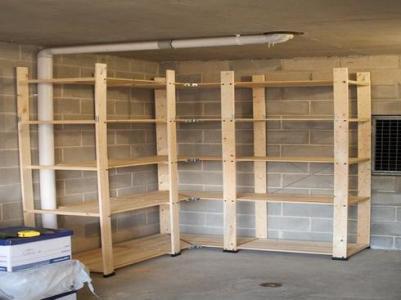 Угловой деревянный стеллаж для гаража.