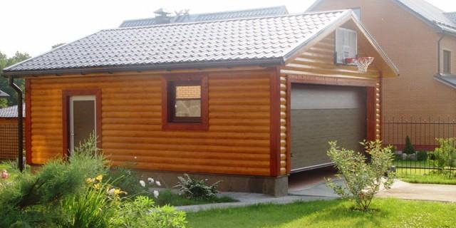 Гараж около дома с облицовкой блек-хаусом