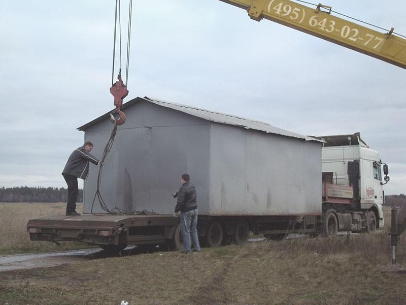 Погрузка металлического гаража на площадку автокраном.