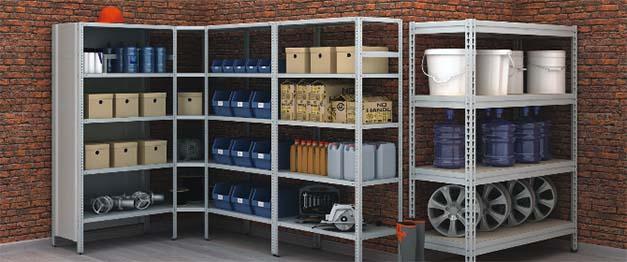 Стеллаж в гараже с пластиковыми ящиками для метизов и мелких деталей.