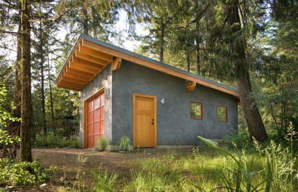 Монолитный гараж из бетона, оборудованный односкатной крышей.