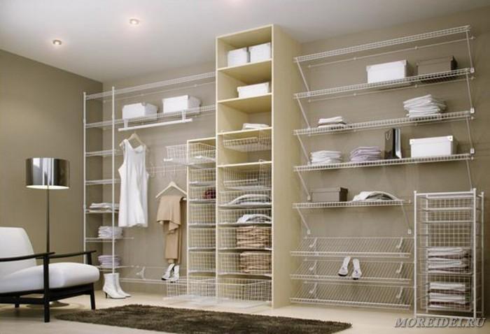 Полочные стеллажи в гардеробной