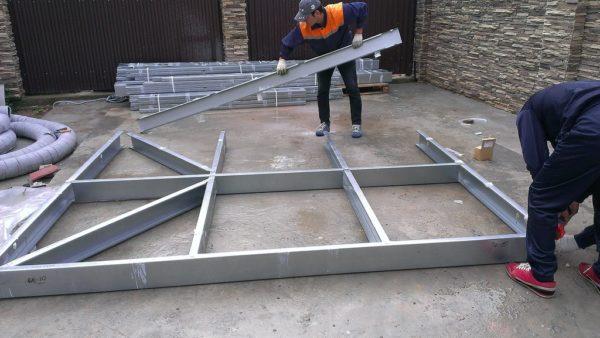 Сборка стеновой панели производится на ровной горизонтальной поверхности.