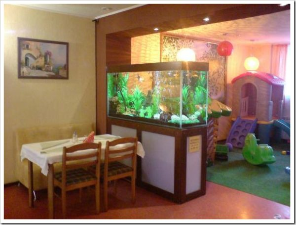 Практичный стеллаж-перегородка с аквариумом
