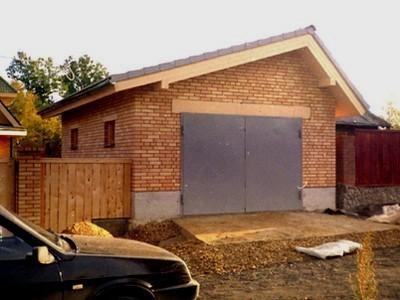 Возведение гаража на своей земле не требует разрешения на строительство, но вводить его в эксплуатацию все же придется.