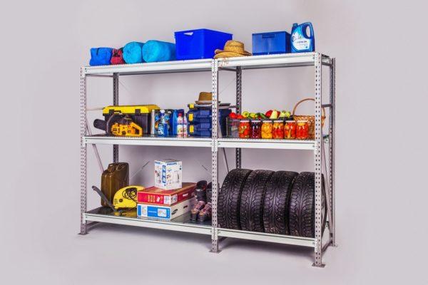 Функциональный металлический стеллаж позволяет хранить не только колеса, но и другие необходимые предметы, даже банки с зимними заготовками.