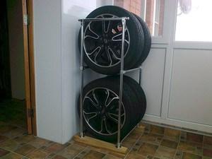 Небольшой, аккуратный металлический стеллаж позволяет хранить колеса не только в гараже, но и в квартире.