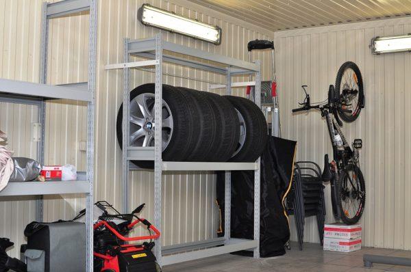 Полочные конструкции для сезонного хранения колес в гараже.
