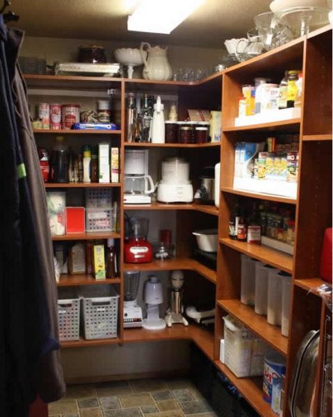 Стеллажи в кладовке – функциональная организация свободного пространства.