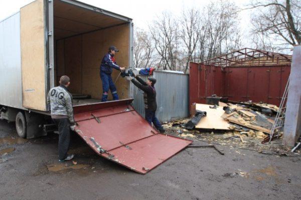 За снос самовольно построенного гаража компенсация не предусмотрена, хорошо, если вовремя успеете освободить его и забрать хранящееся в гараже имущество.