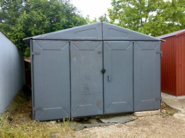 Сборно-разборный гараж из металлических плит, собираемый способом болтовых соединений.